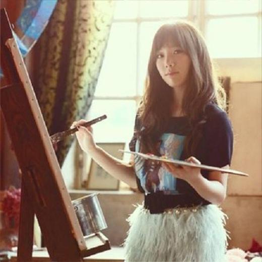 Nếu là fan của Taeyeon, chắc chắn họ sẽ biết rằng cô nàngsở hữu tài năng hội họa tuyệt vời. Thời gian rảnh rỗi, Taeyeon thích vẽ và chia sẻ những bức ảnh lên trang cá nhân của mình. Những bức tranh mà Taeyeon vẽ đều mang hình ảnh trừu tượng hoặc là những khung cảnh mơ mộng.