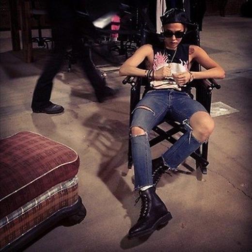 G-Dragon cũng có một khoảng thời gian sở hữu thân hình mỏng manh như thế này. Tuy nhiên, lại thích hợp cho anh kết hợp nhiều thời trang phong cách.
