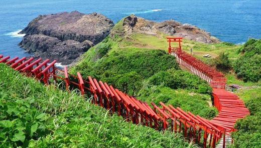 Từ phía biển, bạn sẽ đi dưới 123 cổng Torri để dẫn lên ngôi đền thờ nổi tiếng Motonosumi-Inari ở Yamaguchi.