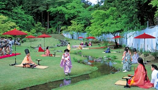 Nếu đến thăm đền Motsu-ji ở Hiraizumi vào tháng 5, du khách sẽ được tham dự vào lễ hội đọc thơ độc đáo ở đây.