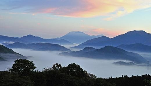 Đỉnh núi Daisen ở Tottori với những áng mây trắng bồng bềnh tựa như một thiên đường ở hạ giới.