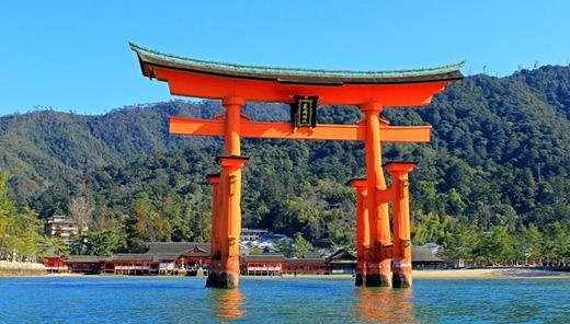 Đền thờ Itsukushima có cổng Torri cao 16m đứng sừng sững trên mặt nước là một nét kiến trúc rất độc đáo ở Hiroshima.