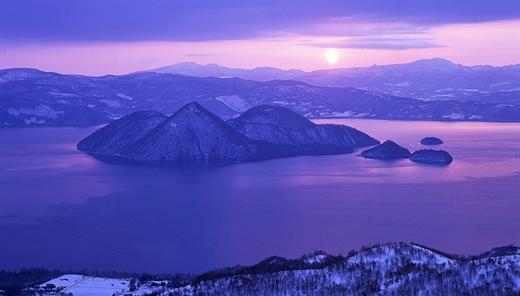 Cũng ở Hokkaido, hồ Toya là nơi mà bạn có thể bơi lội trong mùa đông vì nước trong hồ không bao giờ bị đóng băng.
