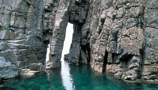 Sotomo Arch (Fukui), là một trong những điểm đẹp nhất ở vịnh Wakasa là du khách luôn muốn đến.