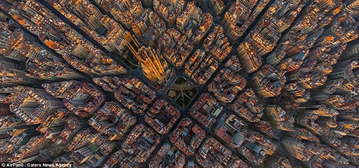 Những khối nhà vuông vức xếp thành những hình thù giống nhau theo một trật tự hoàn hảo chỉ có ở Barcelona - thành phố lớn thứ hai của Tây Ban Nha, đồng thời cũng là quê nhà của đội bóng cùng tên nổi tiếng thế giới Barcelona.