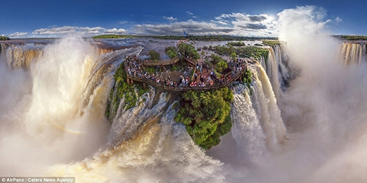 """Có lẽ ai khi được chứng kiến khung cảnh này của thác Iguasu ở Argentina cũng sẽ thẫn thờ """"chết lặng"""" vì vẻ đẹp hùng vĩ của nó. Thác Iguasu là kết quả của vụ phun trào núi lửa để lại vết nứt trong lòng đất. Thác có 2 tầng gồm nhiều ngọn nước lớn nhỏ khác nhau với hình dạng móng ngựa độc đáo, thu hút hàng triệu khách du lịch mỗi năm."""