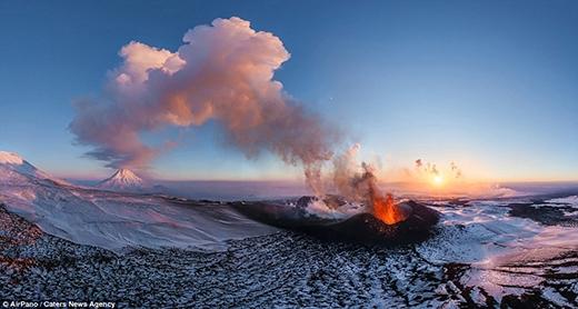 Khoảnh khắc phun trào hiếm có của ngọn núi lửa Plosky Tolbachik được nhóm thám hiểm chụp lại. Ngọn núi lửa này nằm trên bán đảo Kamchatka, thuộc vùng Viễn Đông của Nga. Sau 36 năm ngủ yên, ngọn núi bắt đầu phun trào lại vào ngày 27/11/2013.