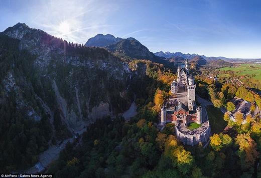 Khung cảnh đẹp tuyệt vời như bước ra từ trong truyện cổ tích của lâu đài Neuschwanstein ở Đức. Là một lâu đài nhiều năm tuổi, Neushwanstein là một trong ba lâu đài hoàng gia được xây dựng theo yêu cầu của vua Lugwig II xứ Bavaria từ năm 1869. Nơi đây trở thành điểm thu hút du khách với vẻ đẹp cổ kính, đưa du khách trải nghiệm cảm giác là những nàng công chúa, hoàng tử của những câu chuyện cổ tích thời xa xưa.