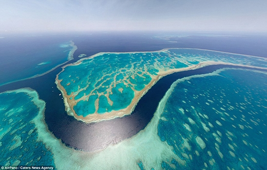 Dãy san hô ngầm của Australia nhìn từ trên cao trông giống như một con rùa biển khổng lồ. Đây là hệ thống đá ngầm san hô lớn nhất thế giới với chiều dài khoảng 2.600km, là một khu vực đa dạng sinh học với hơn 400 loài san hô, bao gồm san hô cứng và san hô mềm. Năm 1981, dải san hô ngầm này được UNESCO công nhận là Di sản thiên nhiên thế giới.