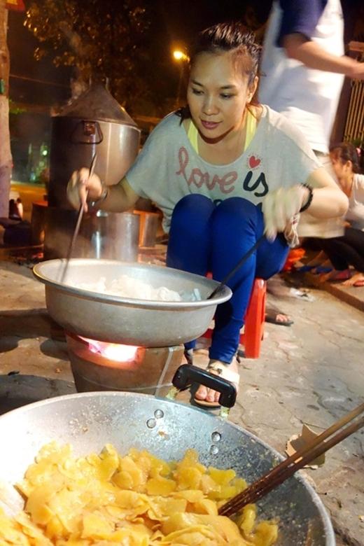 Dù rất bận bịu với lịch trình dày đặc, nhưng cô vẫn dành thời gian để nấu bánh Tét vào ngày Tết. - Tin sao Viet - Tin tuc sao Viet - Scandal sao Viet - Tin tuc cua Sao - Tin cua Sao