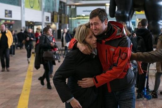 Người nhà nạn nhân của vụ máy bay rơi đang cảm thấy sốc khi những thông tin về cơ phó được công bố