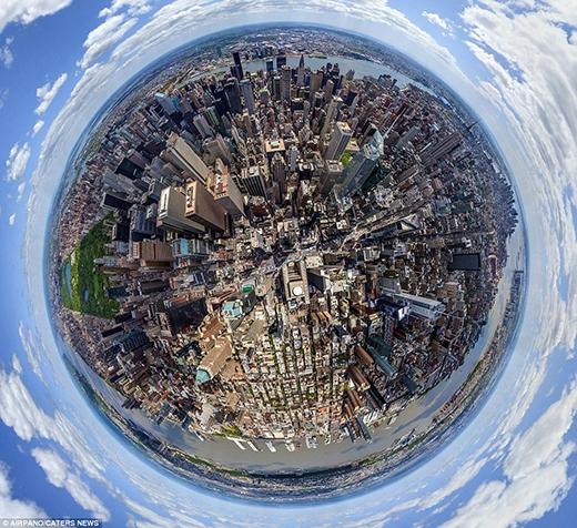 """Manhattan của thành phố New York hiện lên với vẻ đẹp hiện đại, sầm uất và nhộn nhịp chưa từng thấy ở những hình ảnh trước đây. Trong hình dáng của quả địa cầu, chúng ta có thể nhìn thấy rõ sự phát triển của Manhattan – nơi được mệnh danh là """"trái tim"""" của New York, Hoa Kỳ."""