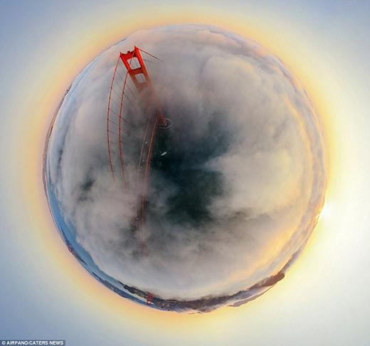Màn sương mù bao bọc lấy cây cầu Cổng vàng (Golden Gate) nổi tiếng của San Francisco khiến cho công trình này mang một vẻ ma mị, huyền ảo. Khi được hoàn thành vào năm 1937, The Golden Gate Bridge là cây cầu treo dài nhất trên thế giới, và đã trở thành một biểu tượng quốc tế của San Francisco, California, Mỹ. Dù từ đó đến nay đã có 8 chiếc cầu khác có chiều dài vượt qua cầu Cổng Vàng, nhưng nó vẫn là cây cầu treo dài thứ hai ở Hoa Kỳ, sau cầu Verrazano-Narrows ở New York.