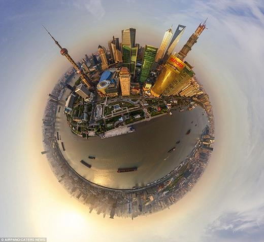 Thành phố Thượng Hải, Trung Quốc đẹp lộng lẫy trong bức hình này. Bạn có thể thấy được Tòa tháp Aurora và Tháp truyền hình Minh Châu Phương Đông (Oriental Pearl) – tháp truyền hình cao nhất châu Á và cao thứ 3 thế giới.