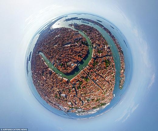 Toàn cảnh 360 độ của thành phố Venice, nước Ý – một thành phố đậm chất Âu với phong cảnh lãng mạn, êm đềm bên những con kênh, con rạch ngày ngày tấp nập thuyền bè qua lại.