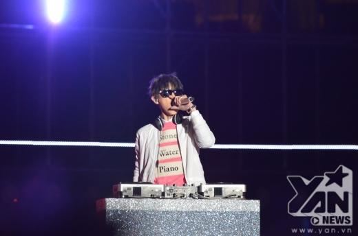 Và Chan Yeol (EXO) cực ngầu khi đeo kính dâm, tai nghe.
