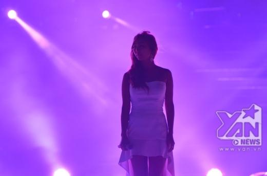 Hyo Rin (Sistar) thể hiện giọng hát 'hàng đầu trong giới idol Hàn Quốc' qua bài hát Hello Viet Nam.