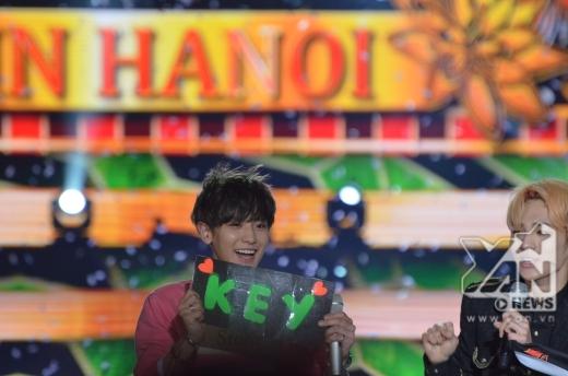 Chanyeol tinh nghịch cầm bảng tên của Key do fan tặng vào cuối chương trình.