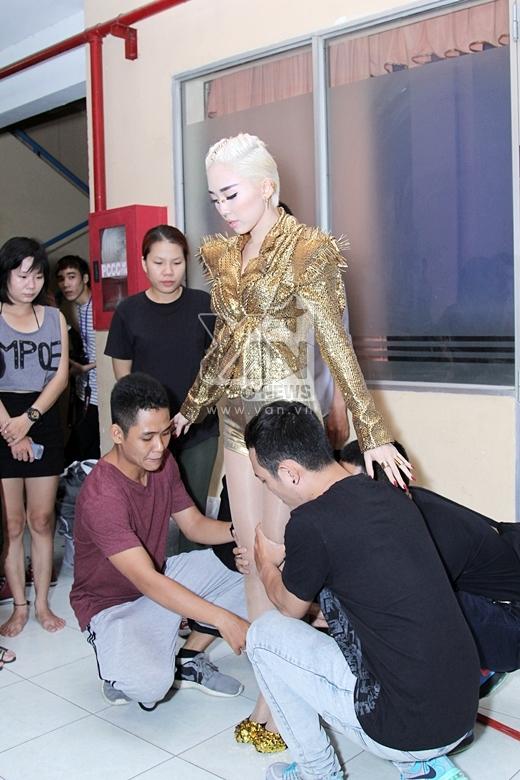 Cô nàng tranh thủ tập dợt lại cùng với vũ đoàn trước khi chương trình bắt đầu - Tin sao Viet - Tin tuc sao Viet - Scandal sao Viet - Tin tuc cua Sao - Tin cua Sao