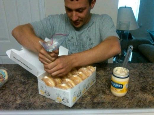 Hoặc ăn những chiếc bánh su ngon lành với phần nhân là... mayonnaise.