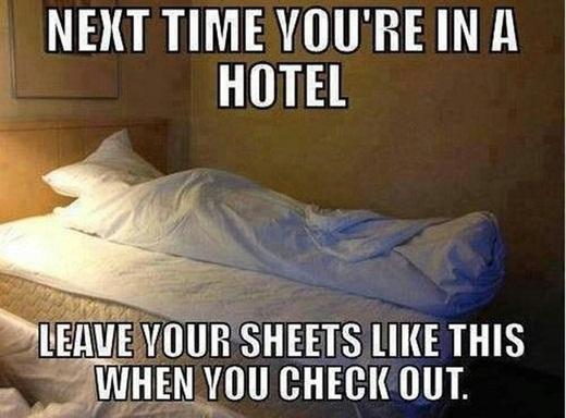Lần tới khi bạn trả phòng khách sạn, hãy thử xếp chăn gối như thế này.