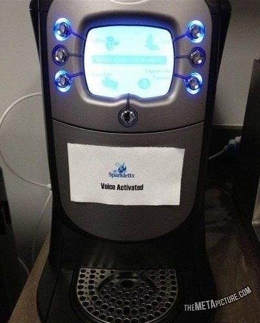 """Chỉ cần một miếng giấy với dòng ghi chú """"sử dụng bằng lời nói"""", bạn sẽ lừa được cơ số người nghĩ rằng chiếc máy cà phê này bị hư, khi họ cứ ra lệnh bằng lời nói mà chiếc máy vẫn trơ trơ."""