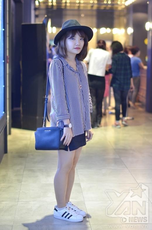 Sự kết hợp đơn giản, cá tính nhưng vẫn đầy nữ tính của váy da, áo kẻ sọc và giày thể thao. Ngoài ra, nón fedora và túi xách, đồ hồ cùng màu tạo nên sự thống nhất cho bộ trang phục của cô bạn này.