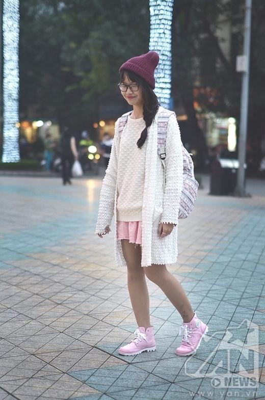 Còn cô bạn này thì gây ấn tượng với bộ trang phục hết sức đáng yêu và nữ tính với tông màu hồng và trắng làm chủ đạo. Chỉ đơn giản là mũ áo cardigan dáng dài kết hợp với áo len trắng và váy ngắn, nhưng sự hài hòa về màu sắc đã tạo ấn tượng cho bộ trang phục.