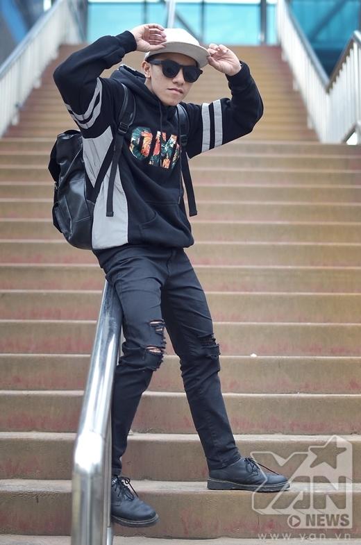 Anh chàng hot boy Tuấn Đạt khiến nhiều người ấn tượng vì gu thời trang khỏe khoắn và cực chất của mình. Mặc dù cũng chỉ đơn giản là áo hoodie nhưng họa tiết floral thời thượng cùng chiếc quần rách gối đã khiến Tuấn Đạt trông rất thời trang.