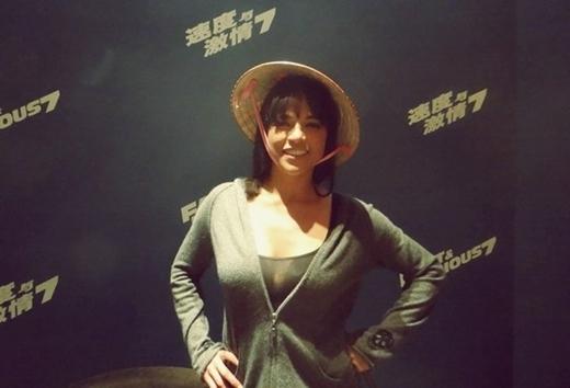 Còn 'đả nữ' Michelle Rodriguez lại khá thích thú khi nhìn thấy chiếc nón lá.