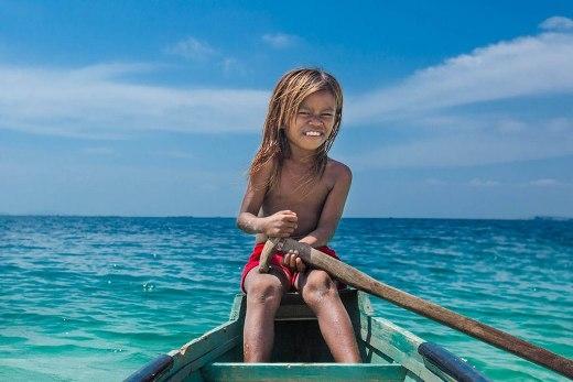 Hầu hết người Bajau đều lần lượt sinh ra, lớn lên và chết đi tại vùng biển quê hương của họ.