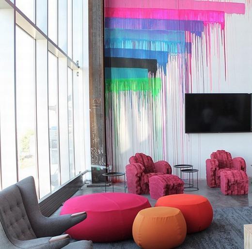 Cách bày biện, bố trí cũng đầy sắc màu, không gian làm việc thoải mái và thoáng đãng.