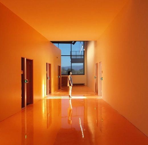 Hành lang với màu cam ấn tượng.