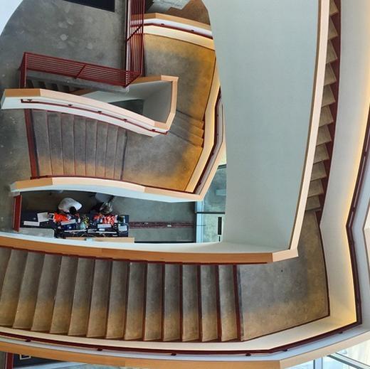 Bên trong là các căn phòng nối nhau bằng cầu thang hình xoắn ốc. Chúng cũng được thiết kế linh hoạt theo yêu cầu của Mark.