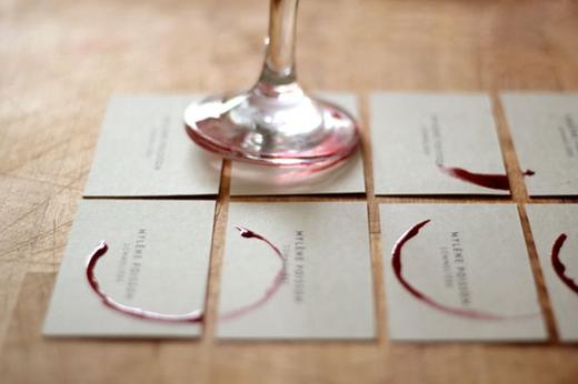 Khi đế ly rượu có thể tạo điểm nhấn cho một tấm danh thiếp của một quán rượu.