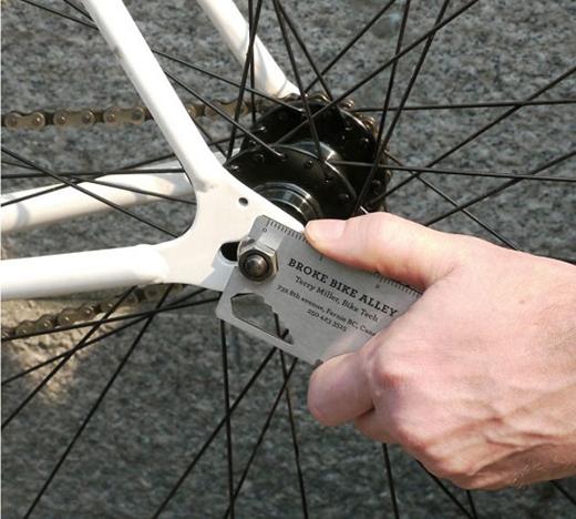 Khi tấm danh thiếp cũng chính là công cụ đa năng sửa xe đạp.