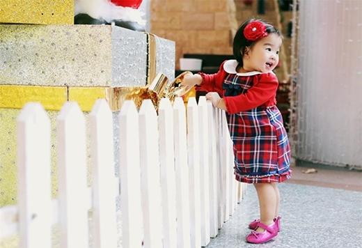 Bé Thỏ có làn da trắng bóc và đôi mắt một mí đáng yêu. Hơn nữa, bé ăn mặc sành điệu không kém gì mẹ.