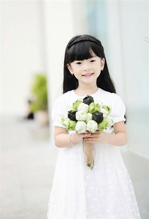 Con gái Thanh Thảo Hugo cũng khiến người hâm mộ phải thảng thốt trước vẻ đẹp dịu dàng và thánh thiện. Cô bé rất thích mặc váy.