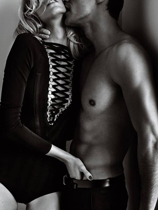 Thiết kế bodysuit với phần xẻ ngực tinh tế.