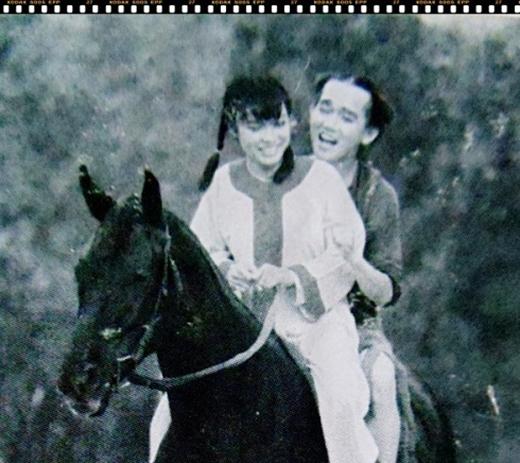 Phương Thanh vừa gây bất ngờ khi tiết lộ một bức ảnh độc với nam ca sĩ Minh Thuận trong giai đoạn mới vào nghề. Bén duyên với nghệ thuật từ năm 20 tuổi, bằng giọng hát tự nhiên theo bản năng, Phương Thanh nhanh chóng chinh phục hàng triệu trái tim khán giả yêu nhạc lúc bấy giờ. Ở thời điểm của cô, bên cạnh Lam Trường - nhân vật được xem là một nửa hoàn hảo về âm nhạc của Vpop thời ấy thì Phương Thanh cũng từng hợp tác với Minh Thuận trong nhiều dự án âm nhạc trọng đại của cả 2. Bức ảnh cũ trắng đen này khiến các fans vô cùng thích thú với cảnh 2 anh em cùng cưỡi ngựa trông khá lãng mạn. - Tin sao Viet - Tin tuc sao Viet - Scandal sao Viet - Tin tuc cua Sao - Tin cua Sao