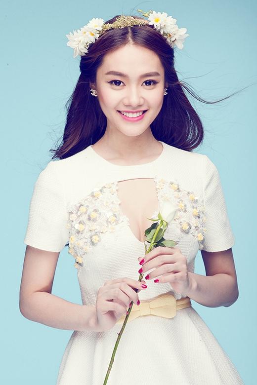 Những bông hoa li ti tone vàng nhạt được đính nổi hài hòa với phần thắt lưng nơ của váy.