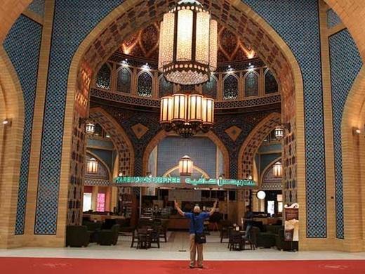 Kiến trúc tráng lệ của cửa hàng cà phê ở Dubai.