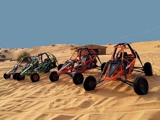 Những cỗ xe đang đợi phục vụ bạn chơi trượt cát.
