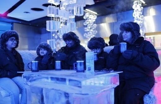 Thưởng thức cốc cà phê nóng hổi trong một quán bar toàn băng là băng ở giữa sa mạc cũng là một thú vui ở Dubai.