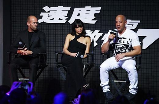 """Năm nay, không khí của buổi lễ ra mắt có phần chùng xuống bởi sự ra đi của nam diễn viễn Paul Walker. Trong ảnh là Jason Statham, Michelle Rodriguez và Vin Diesel trong buổi ra mắt 'Fast and Furious 7' tại Bắc Kinh (Trung Quốc) hôm 26/3. Tuy không còn xuất hiện trong buổi công chiếu như mọi năm nhưng những hình ảnh của tài tử bạc mệnh Paul Walker vẫn luôn sống mãi trong lòng khán giả. Thay mặt đoàn làm phim, Vin Diesel chia sẻ về người bạn, người đồng nghiệp đã mất: """"Đây là một trong những bộ phim khó nhất tôi từng đóng. Tình cảm giữa tôi và Paul trên phim không phải là diễn. Mất đi cậu ấy, tôi không chỉ mất đi một người bạn mà mất đi một người anh em…""""."""
