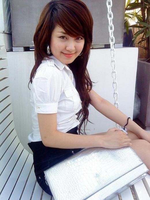 """Mi Vân sinh năm 1998, là hot girl Hà thành đời đầu của giới trẻ Việt. Với gương mặt xinh xắn và khả năng chơi piano cực ổn, cô nàng đã """"hớp hồn"""" một lượng lớn người yêu mến."""