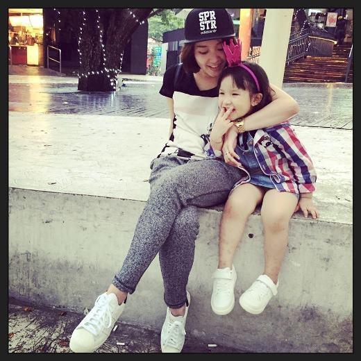 Nhưng cuộc sống hôn nhân không được hạnh phúc nên cô cùng con gái đã về lại Hà Nội.