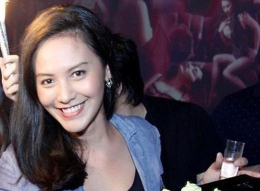 Bên cạnh gia tài đồ sộ, bà xã Thanh Bùi còn gây ấn tượng mạnh khi sở hữu một vẻ đẹp rất Tây với gương mặt xinh không kém cạnh hot girl nào và nụ cười tươi rói. - Tin sao Viet - Tin tuc sao Viet - Scandal sao Viet - Tin tuc cua Sao - Tin cua Sao