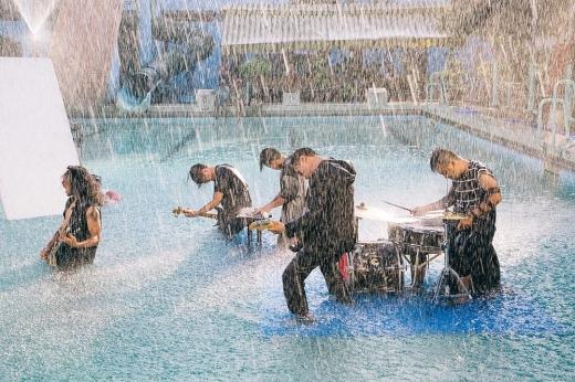 MV Rain hứa hẹn sẽ đem đến những cảm xúc mạnh mẽ cho khán giả yêu nhạc Rock. - Tin sao Viet - Tin tuc sao Viet - Scandal sao Viet - Tin tuc cua Sao - Tin cua Sao