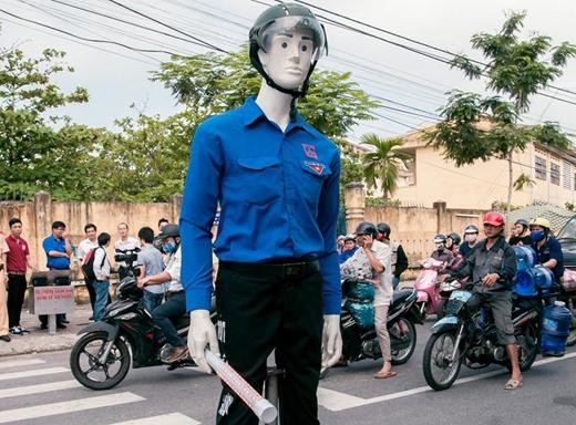 Robot biết nói dắt người qua đường của nhóm sinh viên Đại học Duy Tân ( Đà Nẵng)